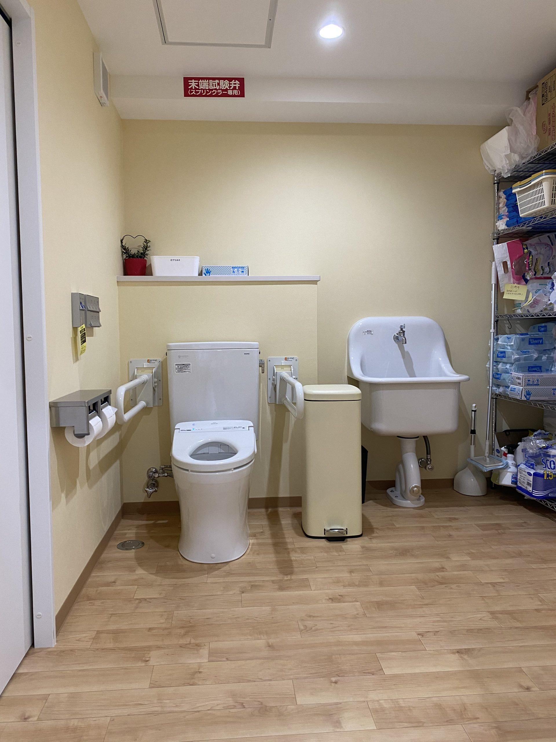 トイレでの排泄介助や見守り、ベッド上でのオムツ交換の対応