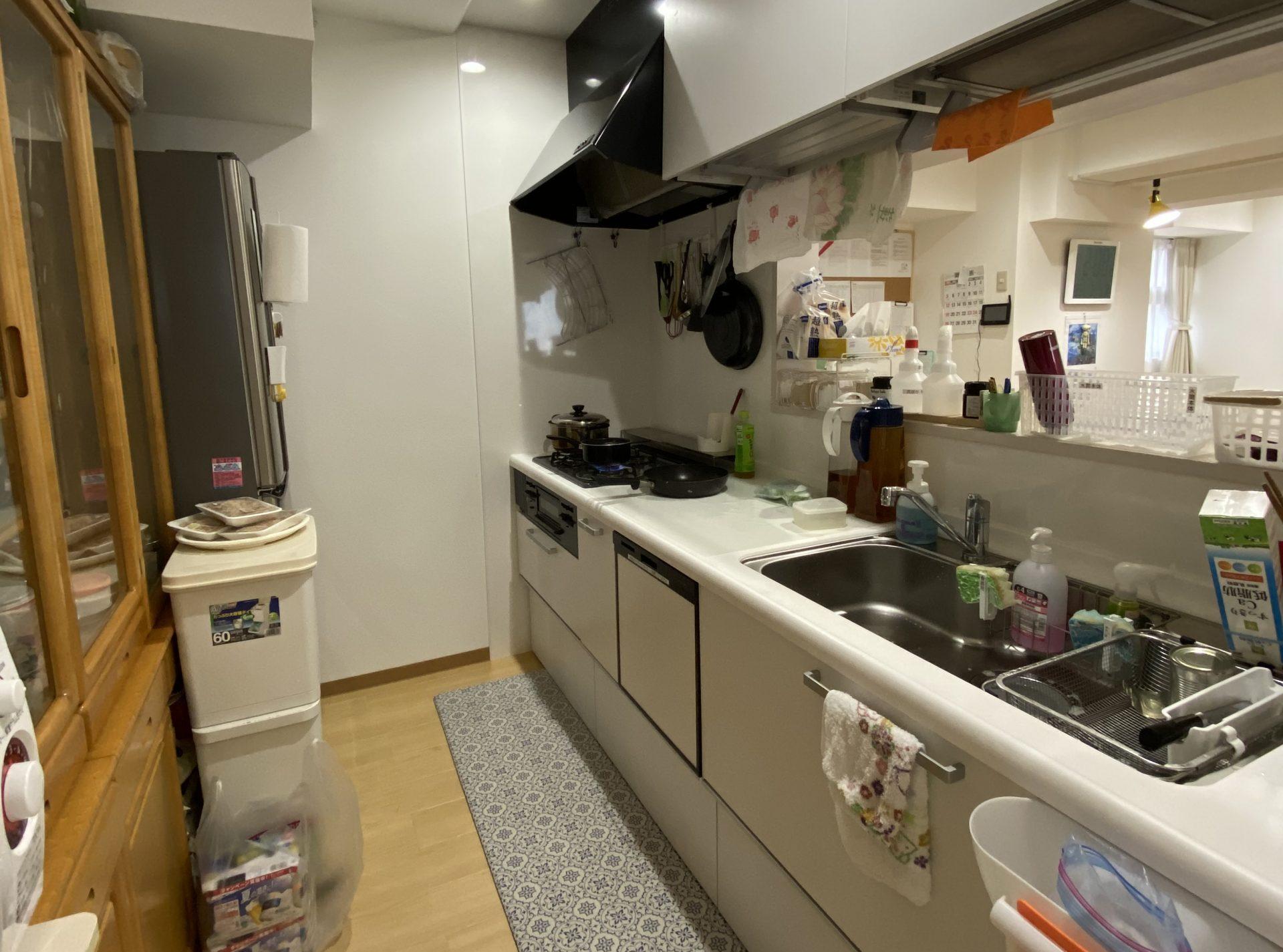 台所で食事の準備